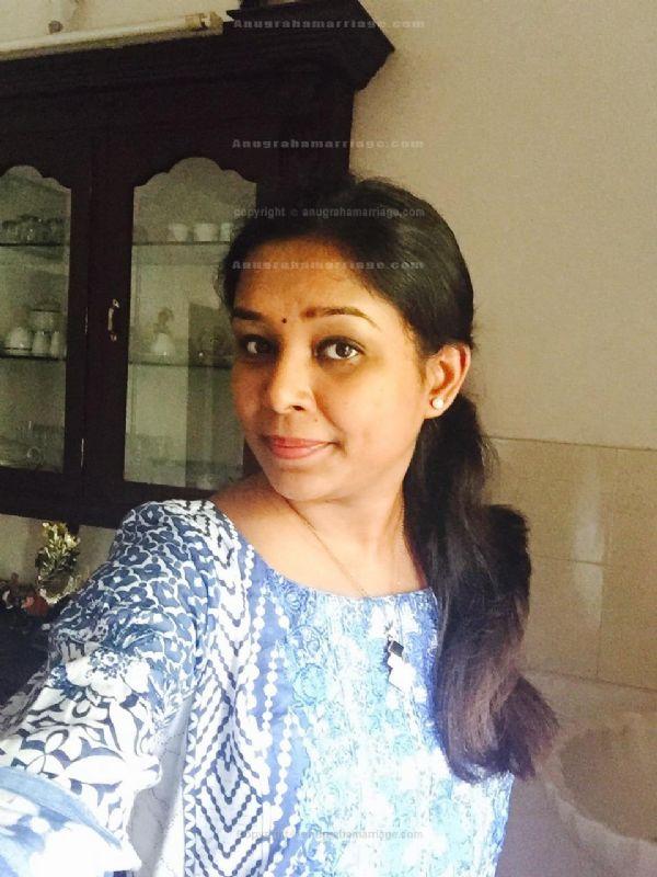 Shinci Vijayan - Divorced (Chathayam) 9995201576
